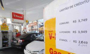 Preço da gasolina vai subir 1,6% neste sábado e diesel reduz 1,2%