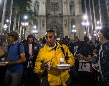 Igreja Universal distribui refeições para moradores de rua de SP