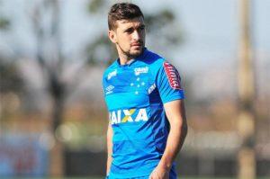 """Mano revela por que não utiliza Arrascaeta como titular do Cruzeiro: """"Tenho que cuidar dele"""""""