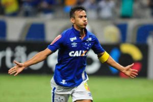 Títulos, recordes e números: Henrique completará 400 jogos pelo Cruzeiro