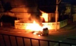 Assalto a empresa de valores tem tiros e carros queimados em Uberaba