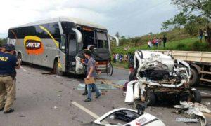 Acidente com ônibus deixa ao menos quatro mortos na BR-040