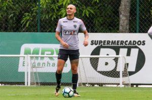 Recuperado, Fábio Santos viaja com a delegação do Atlético para o Acre