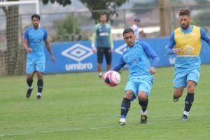 Mano Menezes indica novas mudanças no Cruzeiro e treina bolas paradas na véspera de jogo contra o Democrata, em Valadares