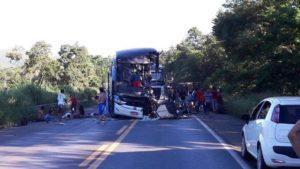 Acidente entre ônibus e carreta deixa oito mortos, entre os quais um bebê, e dezenas de feridos