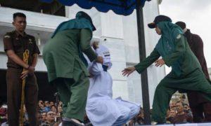 Casais apaixonados e prostitutas são punidos com chicotadas em público na Indonésia