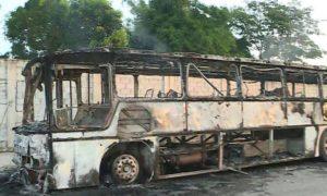 Ônibus de viagem é queimado em Betim