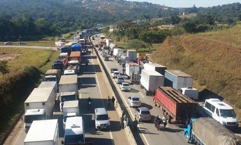 Caminhoneiros fecham estradas de MG em protesto nacional pelo preço do combustível