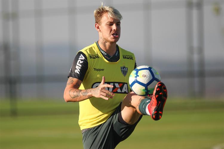 Róger Guedes voltará ao Atlético se clube chinês não inscrever atacante a tempo