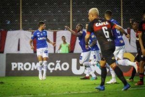 Manoel nega falta e lamenta anulação de gol que daria vitória ao Cruzeiro em Salvador