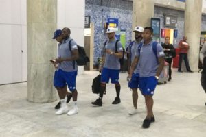 De olho no Flamengo pela Libertadores, Cruzeiro desembarca no Rio com 23 jogadores, e torcedor relata clima no avião