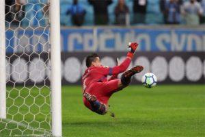 Fábio volta a pegar pênalti e garante empate do Cruzeiro com o Grêmio em Porto Alegre