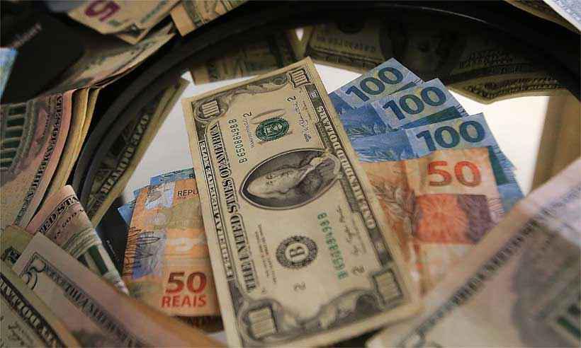 Cotação do dólar vai ficar nas alturas até depois das eleições