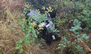 Criança que escalou buraco após acidente na BR-050 segue internada em Uberlândia