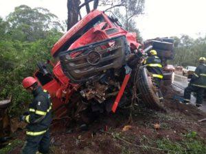 Acidente entre carros, van e carreta deixa um morto na BR-040