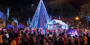 Tradição mantida – Luzes e decoração de Natal encantam público na Praça Acrísio Alvarenga