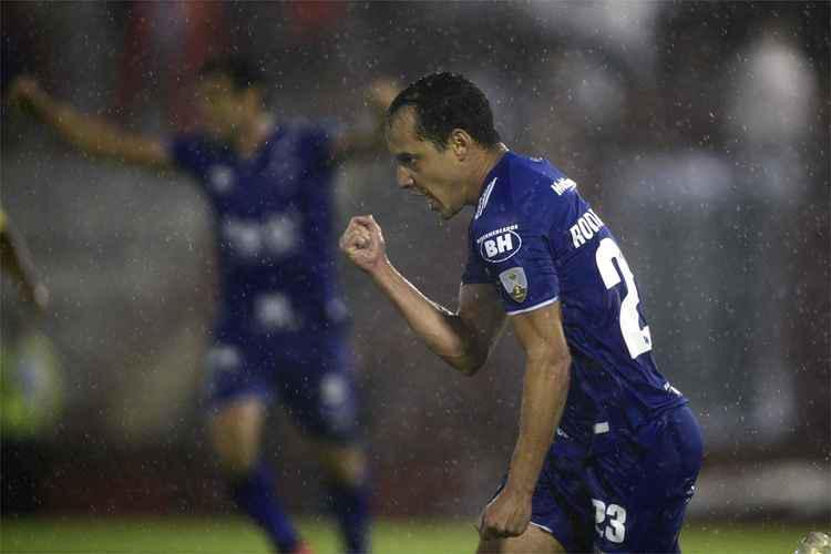Rodriguinho decide, e Cruzeiro derrota o Huracán na estreia pela Copa Libertadores