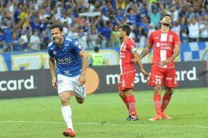 Fred marca três, Cruzeiro atropela o Huracán e garante vaga nas oitavas de final da Libertadores