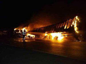 Batida entre ônibus e carreta deixa quatro mortos e 27 feridos na BR-365, no Triângulo Mineiro