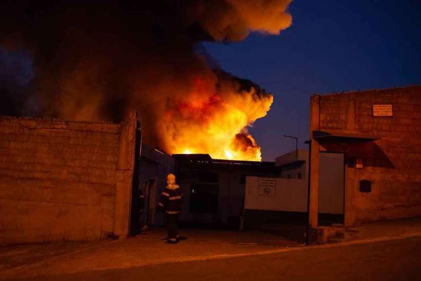 Galpão incendiado em Betim pode estar irregular junto aos bombeiros