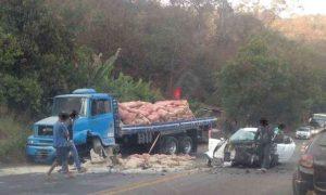 Acidente entre caminhão e carro interdita BR-381, em Sabará