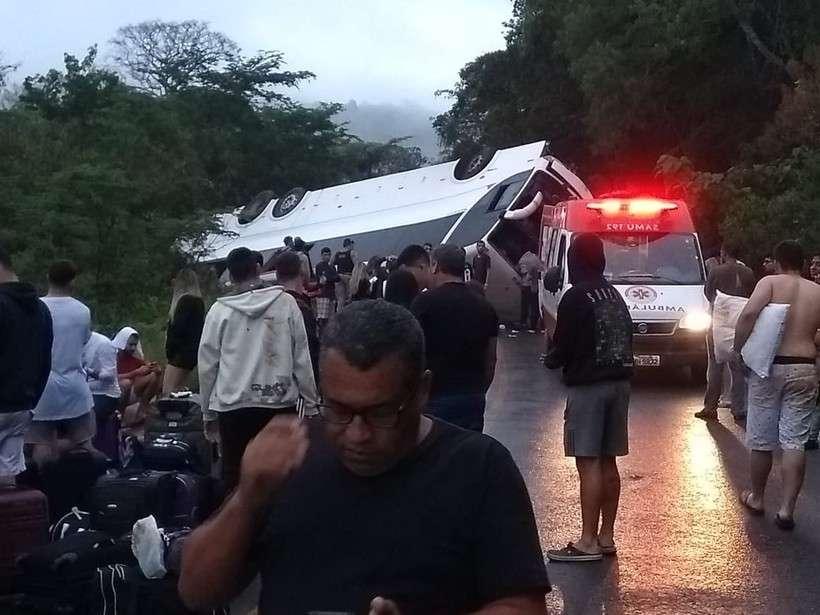 Ônibus com 51 estudantes tomba na BR-259, perto do Serro, na Região Central de MG